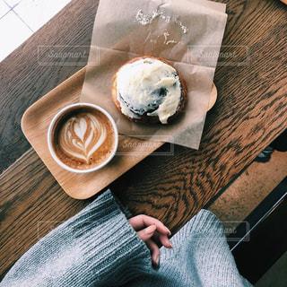 お気に入りのニットを着てカフェへの写真・画像素材[2680424]