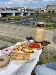 河川敷でピクニックの写真・画像素材[4403198]