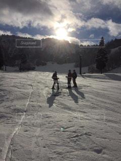 友だち,自然,アウトドア,空,冬,スポーツ,雪,屋外,人物,人,スキー,ゲレンデ,レジャー,スノーボード,斜面