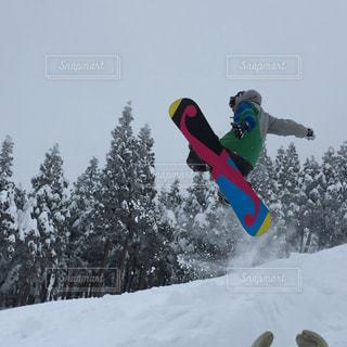 アウトドア,空,スポーツ,雪,ジャンプ,躍動感,樹木,人物,ゲレンデ,レジャー,スノーボード,斜面