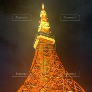 東京タワーを背景に夕日が見える背の高い時計塔の写真・画像素材[2716752]