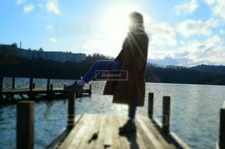 空,屋外,湖,太陽,雲,ボート,晴れ,青空,コート,水面,シルエット,光,ぼかし,人,旅行,旅,木目,天気,晴,手すり,眺め,日中