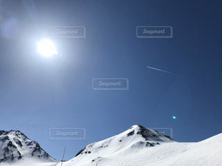 雪に覆われた山、飛行機雲の写真・画像素材[2883414]