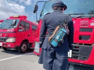 赤いトラックに乗った人の写真・画像素材[2532745]