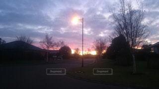 空,街並み,ピンク,太陽,雲,夕暮れ,紫,暗い,光,家,樹木,道,住宅街,くもり,クラウド