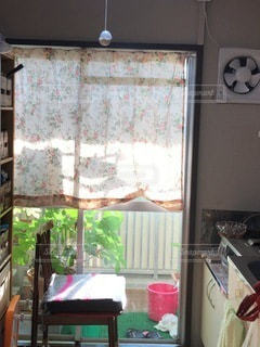 大きな窓でいっぱいの部屋の写真・画像素材[3332787]