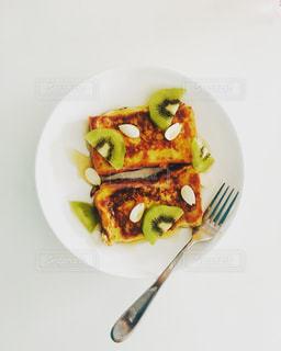 フォーク付きの食べ物の皿の写真・画像素材[2536237]