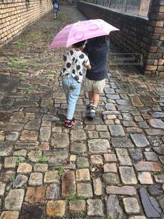 傘を持って歩道を歩く人の写真・画像素材[2539857]