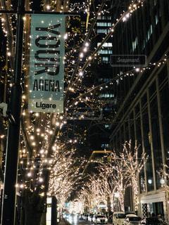 夜にライトアップされた都市の写真・画像素材[2829868]