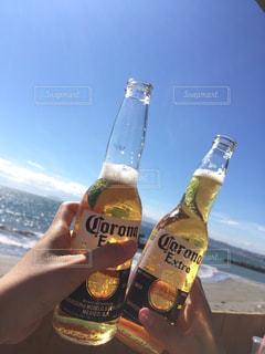 お酒,ビーチ,青空,晴天,リラックス,グラス,ビール,乾杯,ドリンク,女子会,コロナ,手元