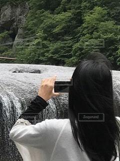 女性,水,スマホ,滝,黒髪,手持ち,人物,後姿,ポートレート,流れ,ライフスタイル,手元,吹割の滝