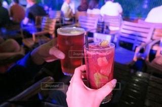 夜,夜景,ニューヨーク,海外,グラス,ビール,大人,カクテル,乾杯,バー,ドリンク,デート,贅沢,ビアガーデン,彼氏,ルーフトップバー,彼女,おしゃれ,お疲れ様,特別