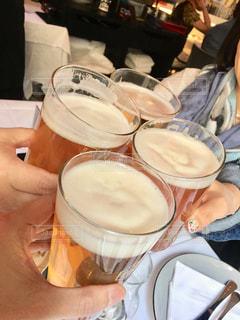 食べ物,海外,グラス,ビール,イタリア,お祝い,乾杯,ドリンク,友達,親友,仲間,ミラノ,打ち上げ,語らい,懇親会