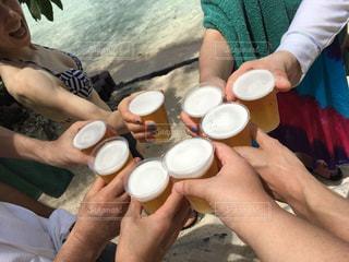 アウトドア,屋外,海外,海辺,グラス,ビール,カップ,お祝い,乾杯,ドリンク,友達,親友,仲間,タヒチ,打ち上げ,ゴージャス,語らい