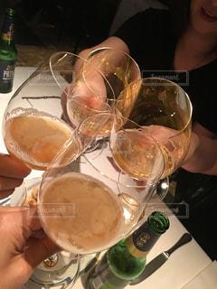 ランチ,屋内,海外,グラス,ビール,昼食,レストラン,お祝い,乾杯,ドリンク,友達,親友,仲間,ミラノ,打ち上げ,ワイングラス,地ビール,ゴージャス,語らい