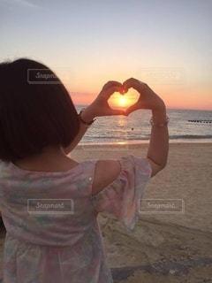 浜辺に立っている人の写真・画像素材[2546255]