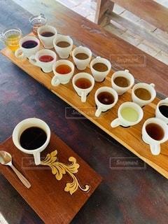 木製のテーブルの上に置くコーヒー1杯の写真・画像素材[2737866]