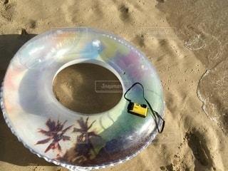 浮き輪と波とカメラの写真・画像素材[3393075]