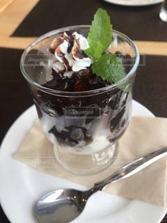 食べ物の皿とコーヒー1杯の写真・画像素材[2702314]