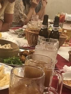 ビールを飲みながらテーブルに座っている人の写真・画像素材[2736447]