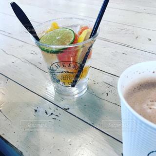 テーブルの上にコーヒー1杯とビール1杯の写真・画像素材[2891915]