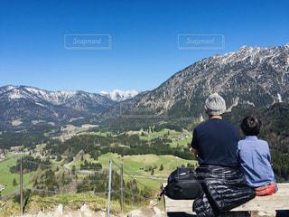 アルプス山脈を眺めるかわいいうしろ姿の写真・画像素材[2579137]