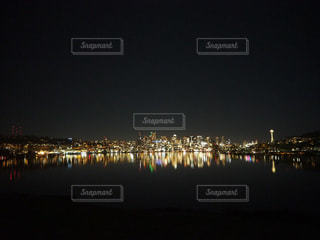 夜空に都市を持つ大きな水域の写真・画像素材[2728423]
