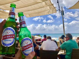 ビーチ,グラス,ビール,幸せ,乾杯,バー,ドリンク,カリブ海,贅沢,オーシャンビュー,至福のひととき,ストレス発散,ご当地ビール,ケイマン諸島,半休