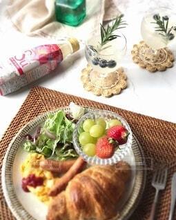 ワンプレート朝食とフルーティスピーチライチの写真・画像素材[4151304]