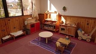 家具と大きな窓でいっぱいのリビングルームの写真・画像素材[3194420]