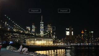 都市を背景にした大きな水域の写真・画像素材[2717634]