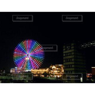 コスモ時計21を背景に空の花火の写真・画像素材[2717644]