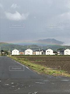虹と白い家の写真・画像素材[2557103]