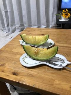 木製のテーブルの上に座っている食べ物の皿の写真・画像素材[3149559]