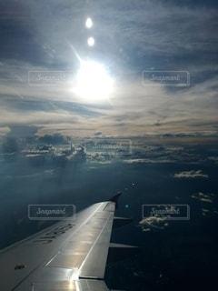 都市の上空を飛ぶ飛行機の写真・画像素材[2875976]