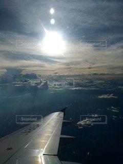 水域の上を飛ぶ飛行機の写真・画像素材[2875973]