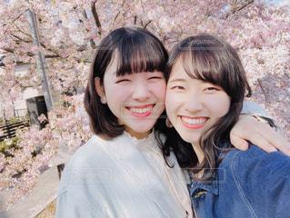 カメラに向かって微笑む人の写真・画像素材[2913094]