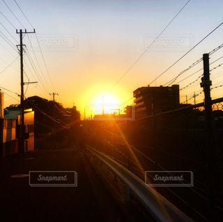 空,夕日,街並み,屋外,太陽,夕焼け,景色,光,電線,帰り道,グラデーション