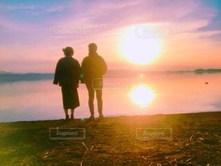 女性,男性,恋人,2人,風景,空,夕日,屋外,湖,太陽,雲,綺麗,夕暮れ,水面,光,人,クラウド