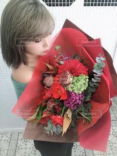 赤い花を咲かせる人の写真・画像素材[2961437]