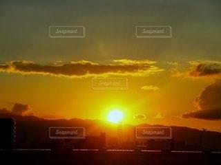 光輝く夕陽の写真・画像素材[2628592]