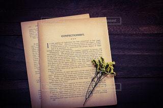 ヴィンテージ洋書とドライフラワーの写真・画像素材[2736113]