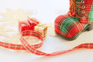 クリスマスブーツとリボンの写真・画像素材[2736135]