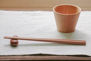 手作りの木のカップと箸と箸置きの写真・画像素材[2736691]