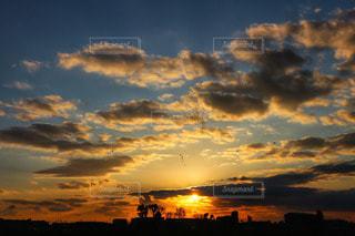 自然,風景,空,夕日,屋外,太陽,雲,夕焼け,夕暮れ,夕方,景色,シルエット,オレンジ,光,樹木,夕陽,夕景,クラウド