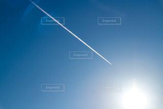 空,屋外,太陽,雲,晴れ,青空,青,飛行機,青い空,光,飛行機雲,明るい,快晴,真っ直ぐ,日中,パワー