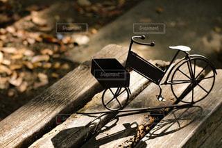 木製のベンチと自転車の雑貨の写真・画像素材[2870061]