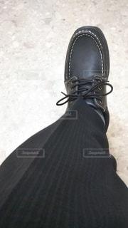 ファッション,靴,足,黒,人物,コーディネート,コーデ,革靴,ブラック,黒コーデ,スラックス