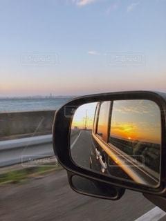 鏡に映る夕日の写真・画像素材[2648632]