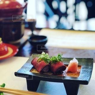 テーブルの上の食べ物のトレイの写真・画像素材[2733571]